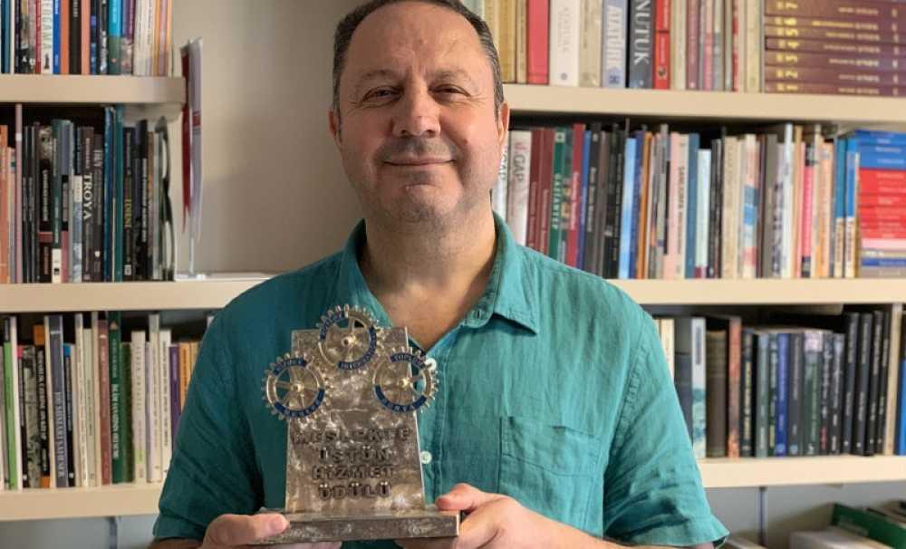 """Şerif Yenen,""""Meslekte Üstün Hizmet Ödülü"""" aldı."""