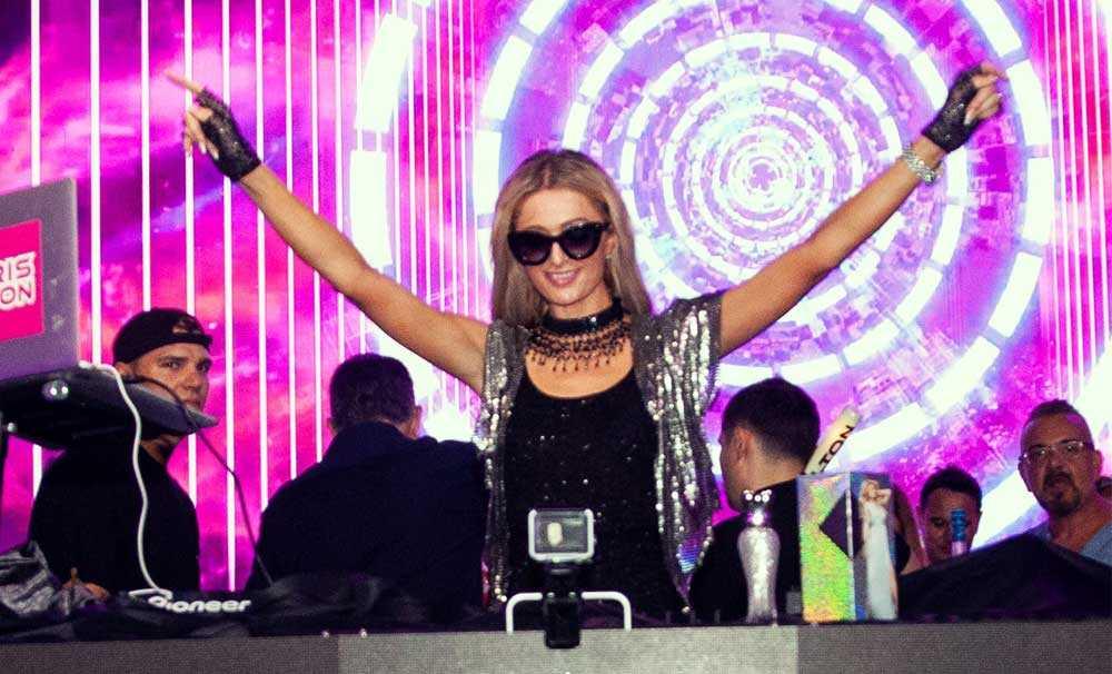 Paris Hilton Kıbrıs'ı Büyüledi