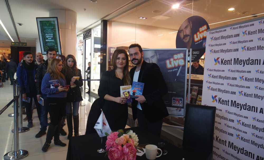 Murat Tavlı Kent Meydanı AVM D&R Mağazasında kitaplarını imzaladı