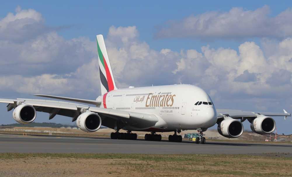 Emirates'in ikonik çift katlı jumbo jeti A380, İstanbul'a indi.